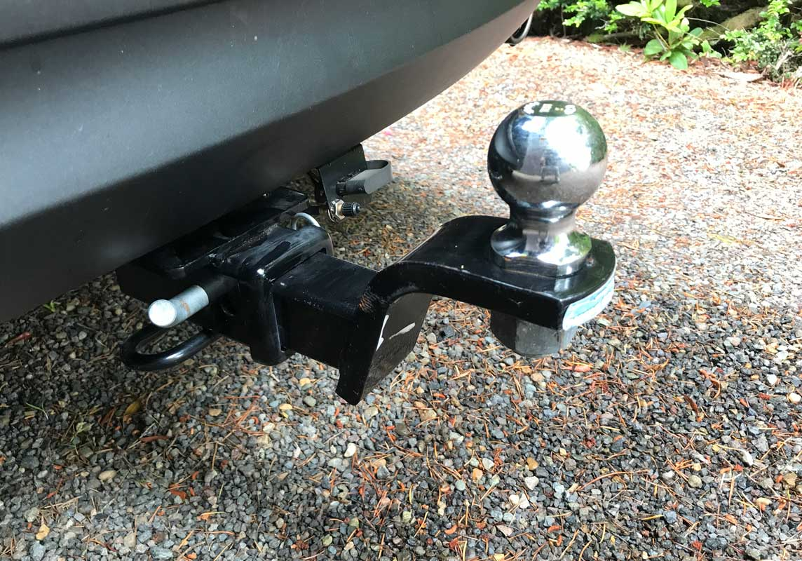 RV travel trailer weight carrying hitch mounted to vehicle